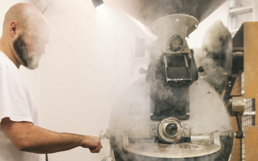 Die fertig geroesteten Bohnen werden aus der Roestmaschine geholt in der Kaffeeroesterei Kaffeepur am 17. Juli 2018 in Niederrohrdorf... (KEYSTONE/CHRISTIAN BEUTLER)